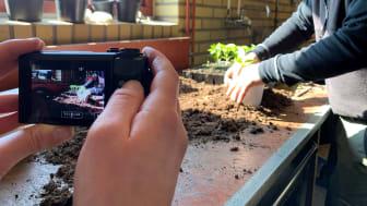 Genom enkla filmer lär sig den studerande grunderna i odlingsarbetet!