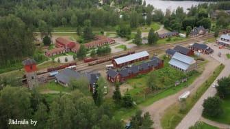 Årets Industriminne 2020. Den stora bangården är centrum i Jädraås och därbortom skymtar hyttan och dammsjön.