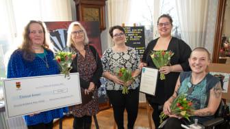 Vinnarna av Tillgänglighetspriset 2019 blev konstnärskollektivet Konst i blindo. Här tillsammans med Kommunala tillgänglighetsrådets ordförande. F.v: Cecilia Artemicia Ramstedt, Carina Toro Hartman, Adele Karlsson, Camilla Högberg och Frida Ingha.