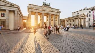 Turister ved Brandenburger Tor i Berlin