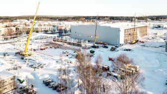 Väggpanelen är på väg upp på fotbollshallen och på multisporthallen kommer takstolarna upp. Thoren Arena växer fram.