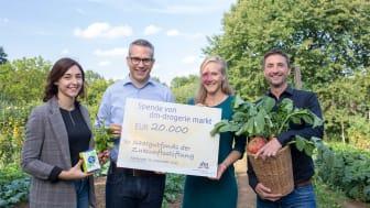 Alicia Seidel und Kai Daubenberger von dm überreichen Stella Bünger und Florian Petrich die Spende von dm für den Saatgutfonds der Zukunftsstiftung Landwirtschaft