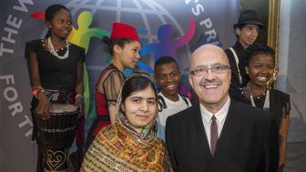 WCP-grundaren och ex-gotlänningen Magnus Bergamar med Malala Yousafzai, 2014, när hon tog emot World's Children's Prize for the Rights of the Child.