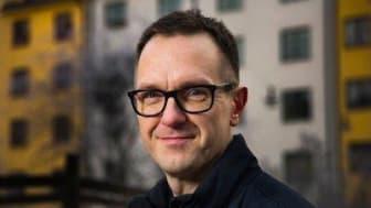 Författaren och journalisten Kent Werne föreläser onsdagen  den 27 mars vid det populärvetenskapliga caféet på Högskolan  i Skövde om konspirationsteorier. (Foto: Jan-Åke  Eriksson).