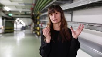 Brandingenjör Malin Tindberg visar vattensprinkler