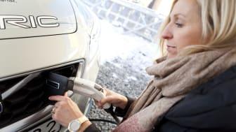 Alicja pluggar  in elen i familens Volvo C30 Electric