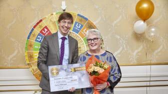 Miljonvinnaren Carina Wennman tillsammans med Kombispels VD Jonas Lindholm //Foto: Peter Knutson