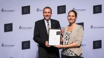 Sabine Domayer und Mario Weber mit der ICONIC Awards Urkunde