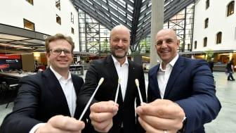 Der Vorstandsvorsitzende Ralf Fleischer (mitte), und seine seine Vorstandskollegen Dr. Bernd Hochberger (li.) und Stefan Hattenkofer (re.) rufen alle Mitarbeiter der Stadtsparkasse München auf, sich als Spender typisieren zu lassen.