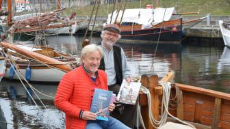 Uwe Wanger, GF Kiel-Marketing und Kapitän Andreas Köpke freuen sich über das Portrait des Seebären im neuen Urlaubsmagazin