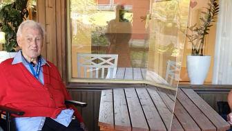 Bokade besök utomhus har erbjudits på Tibros äldreboenden sedan i somras. Från och med den 1 oktober blir det möjligt att göra bokade besök hos boende även inomhus. Då hävs besöksförbudet.