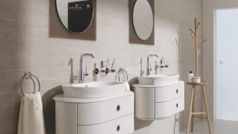 Et komplet badeværelse med Essence håndvaskarmatur i krom.