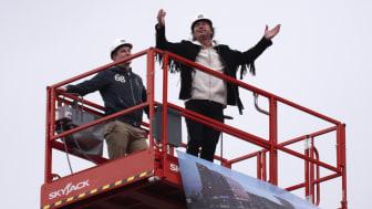 Petter Stordalen i en skylift ovanför publiken av ceremonin för Umeås nya hotell, Clarion Hotel Stream