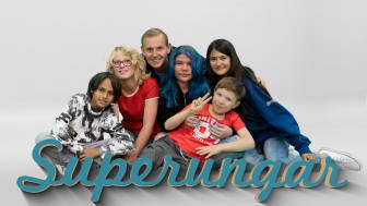 I UR:s tv-serie Superungar träffar Måns Möller barnfamiljer som lever med diagnoser som till exempel adhd och autism. En serie om föräldrars kärleksfulla kamp och barnens otroliga insikter och livsvisdom. ©Tommy Jansson/UR.