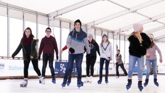 Schlittschuhlaufen direkt an der Kieler Hafenkante ist auch bei Jugendlichen sehr beliebt