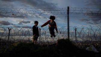 Barn leker vid gränsen till EU