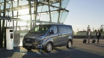 Ford Tourneo Custom presenteras som plugin-hybrid med en avancerad eldrivlina som gör det möjligt för föraren att köra kortare sträckor helt utan utsläpp.