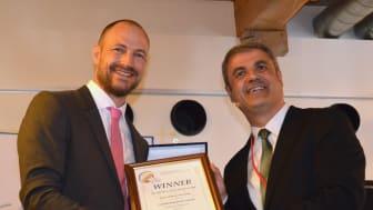 Energiminister Ibrahim Baylan överlämnar ISGAN Award of Excellence till Joachim Lindborg, projektledare på Sustainable Innovation