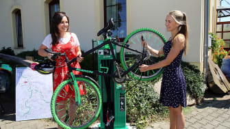 Die ersten Radwanderer testen die neue Fahrrad-Selbsthilfewerkstatt am Landgasthof Dehnitz