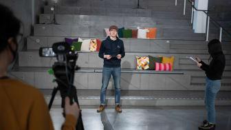 Erik Modin är programledare för Studio studentliv som är en del av Digitala universitetsdagen. Foto: Simon Öhman Jönsson
