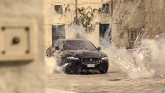 Jaguar XF sedan under prøver på filmsettet til No Time To Die. © 2021 Danjaq, LLC og MGM. Med enerett.