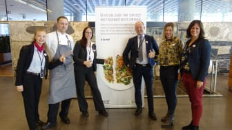Sammen mot matsvinn! F. v: Ida Silseth, Paul Trommer og Lise Pedersen i Eurest, Ole Erik Almlid i NHO og Anne-Grete Haugen og Anne Marie Schrøder i Matvett. (Foto: NHO)
