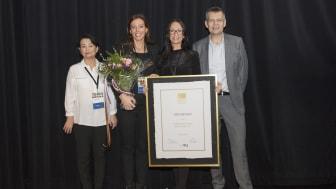 Stolta utmärkelsemottagare flankerade av Maria Elmér, Skolverket, och domarkommitténs ordförande Mat Nilsson.