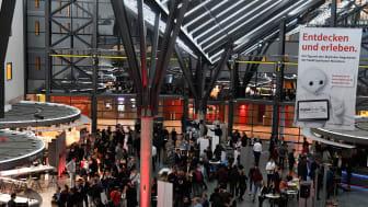 Rund 500 Besucher kamen zum ersten Munich Startup Circle in die Kundenhalle der Stadtsparkasse München. Die Sparkasse hat dazu mit dem LMU Entrepreneurship Center (LMU EC) der Ludwigs-Maximilian-Universität München eine Kooperation gestartet.