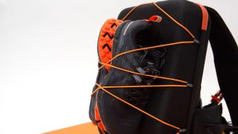 Fäst ett par skor eller jacka på utsidan med ryggsäckens remmar.
