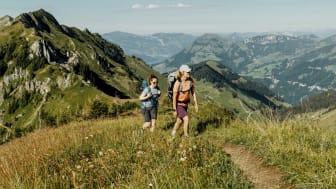 Wanderinnen auf dem Tell-Trail in der Region Luzern-Vierwaldstättersee (c) Schweiz Tourismus, Silvano Zeiter