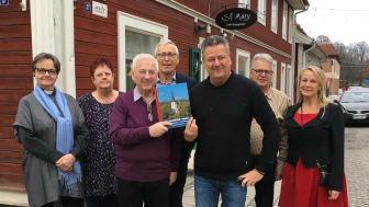 Göran Karlsson och Rolf Karlsson presenterade boken på fredagen tillsammans med representanter för församlingen - Monica Wallsten, Christina Dahlström, Bengt Isman, Greger Nilsson och Maria Lindstedt.
