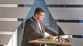"""Im Online-Seminar """"Brandschutz – Sichere Lösungen in der Gebäudetechnik"""" organisiert von Knauf Insulation Technical Solutions, gibt Carsten Janiec, Vertriebsmanagement Brandschutz bei DOYMA, Brandschutz-Knowhow weiter"""
