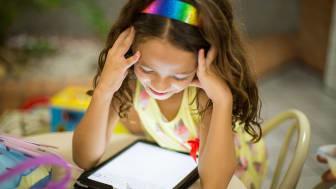 43 procent av föräldrarna känner en oro över att barnens ögon ska påverkas negativt av allt skärmtittande. Foto: Patricia PrudenteonUnsplash