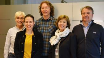 Feiret kontrakten: Tove Godejord, Dea Mella, Thorleif Østmoe, Rigmor Hansen og Rune Andersen. Foto: Benedicte Nylund