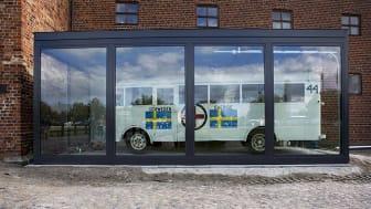 Vita bussen på plats framför Malmöhus slott