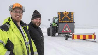 David Alriksson och Oskar Hallsten tycker att lösningen med traktor som redskapsbärare fungerar bra. Dessutom innebär det bättre arbetsmiljö och lägre bränsleförbrukning, än vid körning med hjullastare. (Foto: Mats Thorner)