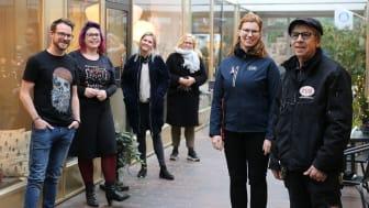 Näringsidkare och fastighetsförvaltare i Arkaden. I bakgrunden kommunens näringslivsstrateg Helena Nyman Friberg.