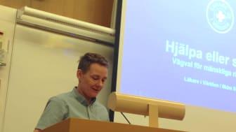 Eliot Wieslander talar i riksdagen om barn på flykt på det årliga Anita D'Orazio seminariet.