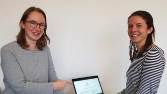 Nadine Wachter, Klimaschutzbeauftragte beim Landkreis Reutlingen und Anna Schleinitz von der KlimaschutzAgentur freuen sich über die Einführung des digitalen Ratgebers für Bauherren