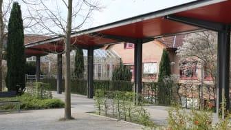Der Eingangsbereich der Hephata-Klinik in Schwalmstadt. Nach dem pandemiebedingten Besuchsverbot sind Patientenbesuche ab dem 15. Juli mit Einschränkungen wieder möglich.