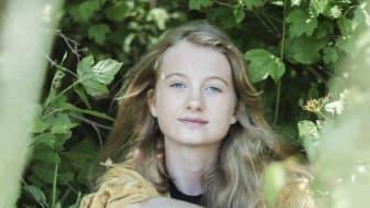 """Penelope Lea (17) har, tross sin unge alder, en lang karriere som klimaaktivist. Nå er hun aktuell med boken """"I hverandres verden"""", som støtter innholdet i FNs dystre klimarapport. Foto: Lars-Ingar Bragvin Andresen"""