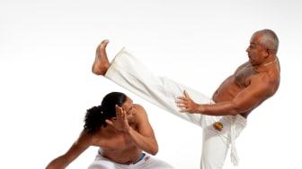 Brasiliansk Capoeira - graderingsceremoni i Nordstan