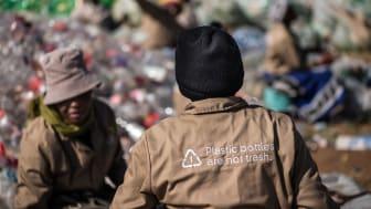 Työntekijöitä PET-muovin keräyksestä vastaavassa Thinana osuuskunnassa Etelä-Afrikassa.  Coca-Cola tukee osuuskunnan toimintaa maan PET-teollisuuden tuottajavastuuta hallinnoivan PETCO:n kautta.