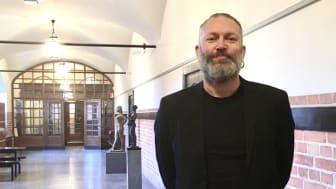 Läraren Olle Linton vid Östra Reals gymnasium prisas för sitt arbete mot rasism