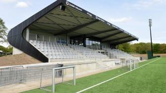 Lindab-tribunen på Vejen Stadion er et  showroom for de mere end 3.000 daglige besøgende. Tribunen viser nogle af de mange muligheder Lindab har som stålplader, stållægter, sandwichpaneler og porte.