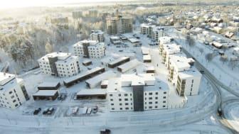 Brf Sandåkern 1 i Umeå, till vänster i bild, preliminärcertifierades 2014 enligt Miljöbyggnad och var det första projektet i Umeå att få en Miljöbyggnadscertifiering. Verifieringen skedde 2017.