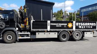 En av Byggarnas Partners lastbilar, redo att leverera trä- och byggvaror till Stockholms byggarbetsplats.