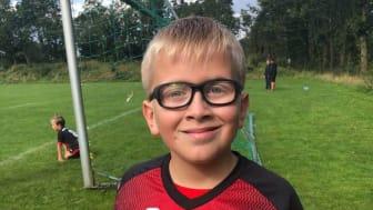 Noah er glad for sine sportsbriller, når han spiller fodbold