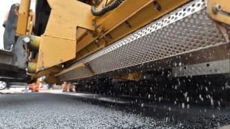 ClAir Asphalt: Das photokatalytische Abstreumaterial wird direkt beim Asphalteinbau in die Straßenoberfläche eingebunden. Foto: STRABAG AG / Thomas L. Fischer