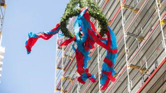 Am 29.9. schwebte der Richtkranz über dem a-ja Resort im Ostseebad Travemünde (Copyright: DSR Immobilien GmbH)
